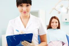 Hübscher smileydoktor mit Patienten Lizenzfreie Stockfotos