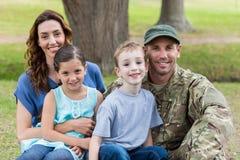 Hübscher Soldat wiedervereinigt mit Familie stockfotografie