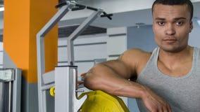 Hübscher Sportler setzt Gewicht auf Eisen stock video footage