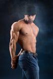 Hübscher starker Bodybuilder mit strengem Blick Stockfotografie