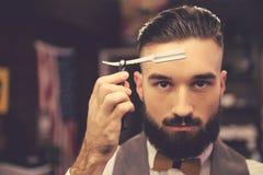 Hübscher stilvoller Friseur Lizenzfreie Stockbilder