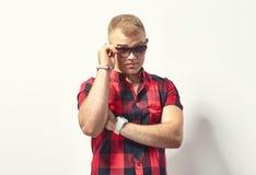 Hübscher stilvoller Mann in der Sonnenbrille lizenzfreies stockbild
