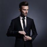 Hübscher stilvoller Mann im schwarzen Anzug Stockfotos