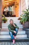 Hübscher stilvoller Mann spricht telefonisch lizenzfreie stockfotos
