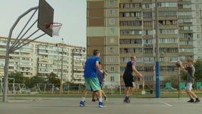 Hübscher streetball Spieler, der Rücklayup tut stock footage