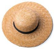 Hübscher Strohhut mit Band und Bogen auf dem weißen Hintergrund setzen Draufsicht des Hutes lokalisiert auf den Strand Lizenzfreie Stockbilder