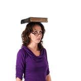 Hübscher Student Banlancing ein Buch auf ihrem Kopf Stockfotos