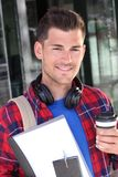Hübscher Student, der auf dem Campus lächelt stockbild