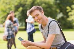 Hübscher Student, der draußen auf dem Campus studiert Lizenzfreies Stockbild