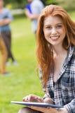 Hübscher Student, der draußen auf dem Campus studiert Lizenzfreie Stockfotografie