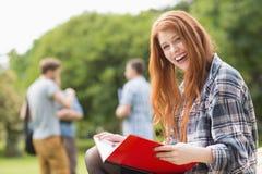 Hübscher Student, der draußen auf dem Campus studiert Lizenzfreie Stockbilder