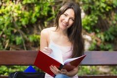 Hübscher Student, der draußen auf dem Campus studiert Stockbilder