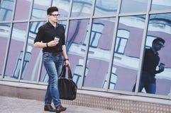 Hübscher Student, der zu einem Praktikum im Büro geht lizenzfreie stockbilder