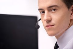 Hübscher technische Stützbetreiber, der an Computer arbeitet stockbilder