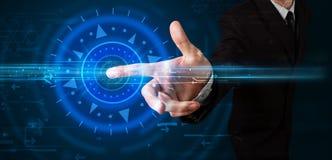 Hübscher Technologiekerl, der Hightechbedienfeldschirm bedrängt lizenzfreies stockbild