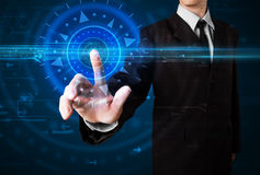 Hübscher Technologiekerl, der Hightechbedienfeldschirm bedrängt Stockfoto