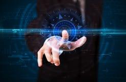 Hübscher Technologiekerl, der Spitzentechnologie bedrängt Stockfoto