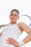 Hübscher Tennisspieler, der den Schläger lächelt an der Kamera hält Stockbild