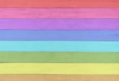 Hübscher und bunter Faux malte rustikale hölzerne Bretter im Regenbogen-Farbspektrum zum Spaß und in der netten Hintergrundschabl Lizenzfreie Stockfotografie
