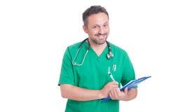 Hübscher und junger Mediziner oder Doktor, der Klemmbrett verwendet Stockbilder