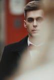 Hübscher unschuldiger blonder Bräutigam mit blauen Augen in einem Straßengesicht c Lizenzfreies Stockbild