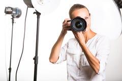 Hübscher, weiblicher Fotograf Stockfoto