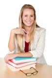 Hübscher weiblicher Kursteilnehmer-Internierter mit Büchern Lizenzfreies Stockbild