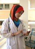 Hübscher weiblicher moslemischer Doktor mit Stethoskop. Stockfotos
