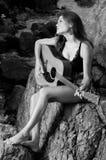 Hübscher weiblicher Sänger, der Gitarre spielt. Lizenzfreie Stockfotos
