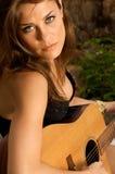 Hübscher weiblicher Sänger, der Gitarre spielt. Stockbilder