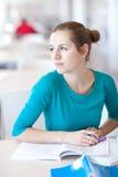 Hübscher weiblicher Student in einer Bibliothek Lizenzfreie Stockfotos