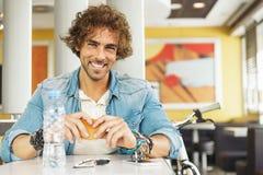 Hübscher youn Mann machen eine Pause im Restaurant Stockbilder