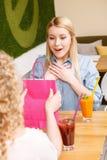 Hübsches überraschtes Mädchen im Café Stockbild