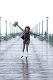 Hübsches Afroamerikanermädchen, das auf den Pier springt Lizenzfreie Stockfotos