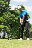 Hübsches asiatisches Golfspielermann-Schlaggolf lizenzfreies stockfoto