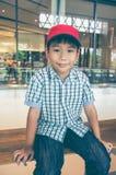 Hübsches asiatisches Kind, das Kamera lächelt und betrachtet Nicht tun sie schauen lecker Lizenzfreies Stockbild