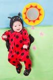 Hübsches Baby, gekleidet im Marienkäferkostüm Lizenzfreie Stockfotos