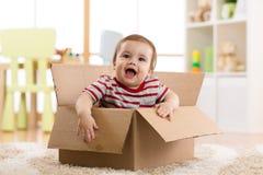 Hübsches Baby innerhalb eines Kastens Stockfoto