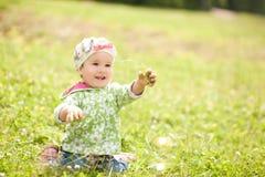 Hübsches Baby spielt im Park Lizenzfreie Stockfotos