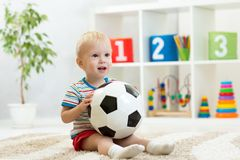 Hübsches Baby spielt mit Ball stockfotos
