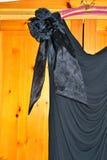 Hübsches Blumendetail über schwarzes Abendkleid 2 Stockfotos