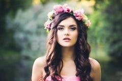 Hübsches Brunette-Mädchen mit gelockter Frisur draußen Mode Woma Stockfotos