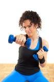 Hübsches Brunetteeignungmädchen mit Gewichten Lizenzfreies Stockfoto