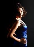 Hübsches Brunettefrauentragen Stockfoto