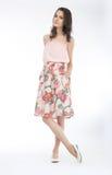Hübsches Brunettemädchen stilvolles fasion Baumuster im Kleid Lizenzfreie Stockfotografie