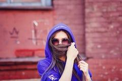 Hübsches Brunettemodell in der kühlen stilvollen Sonnenbrille Lizenzfreies Stockbild