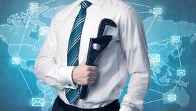 Hübsches businassman, das mit Werkzeug auf seiner Hand steht Lizenzfreie Stockbilder