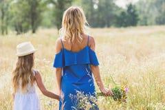 Hübsches Elternteil und Kind, die in der Natur stillsteht Stockfotos