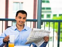 Hübsches Fleisch fressendes Frühstück und Lesezeitung lizenzfreies stockfoto