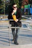 Hübsches Fleisch fressendes Popcorn draußen in einem Park Stockfoto